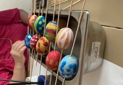 Malování vajíček v SeniorCentru Chotěboř